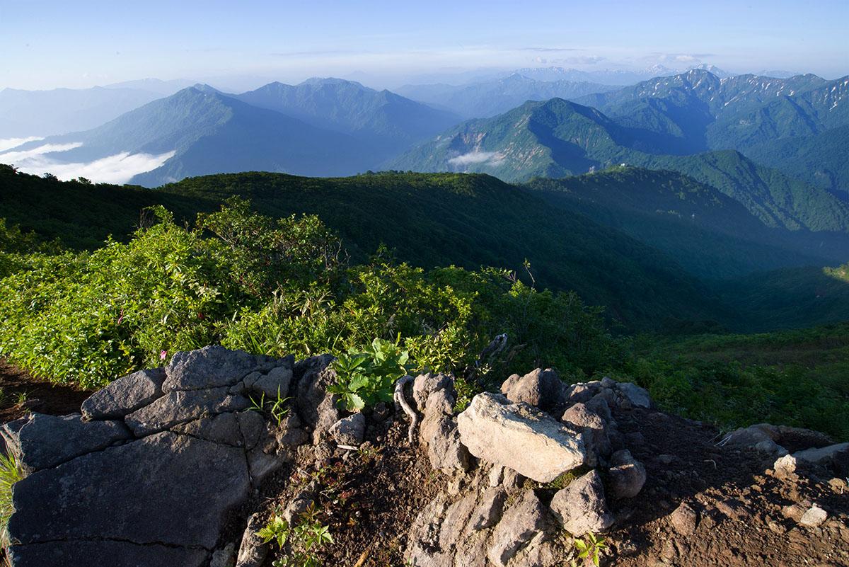 南岳付近から越後の山々を展望