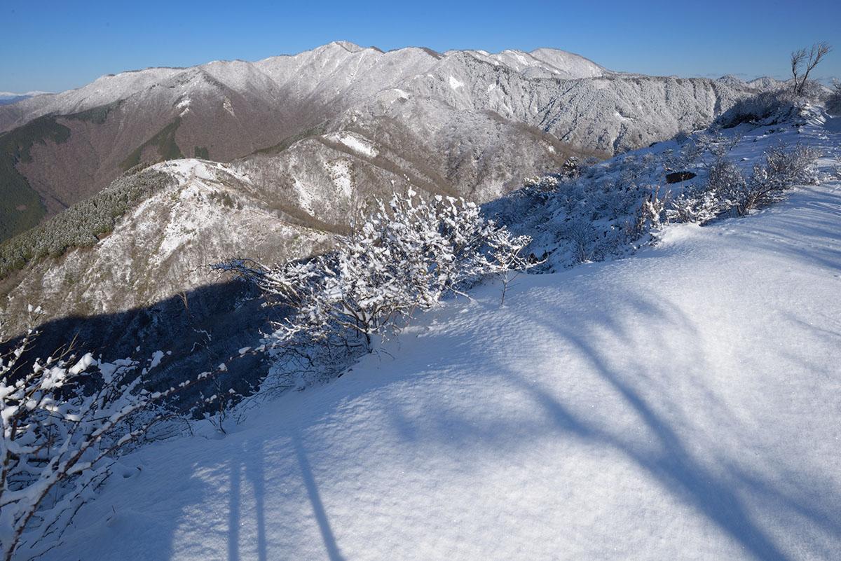 山頂はいちめん春の雪
