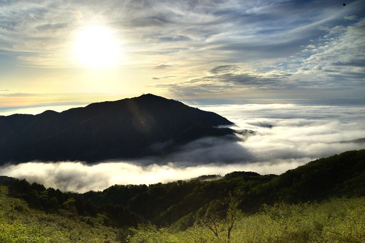大山の背から朝日が指す